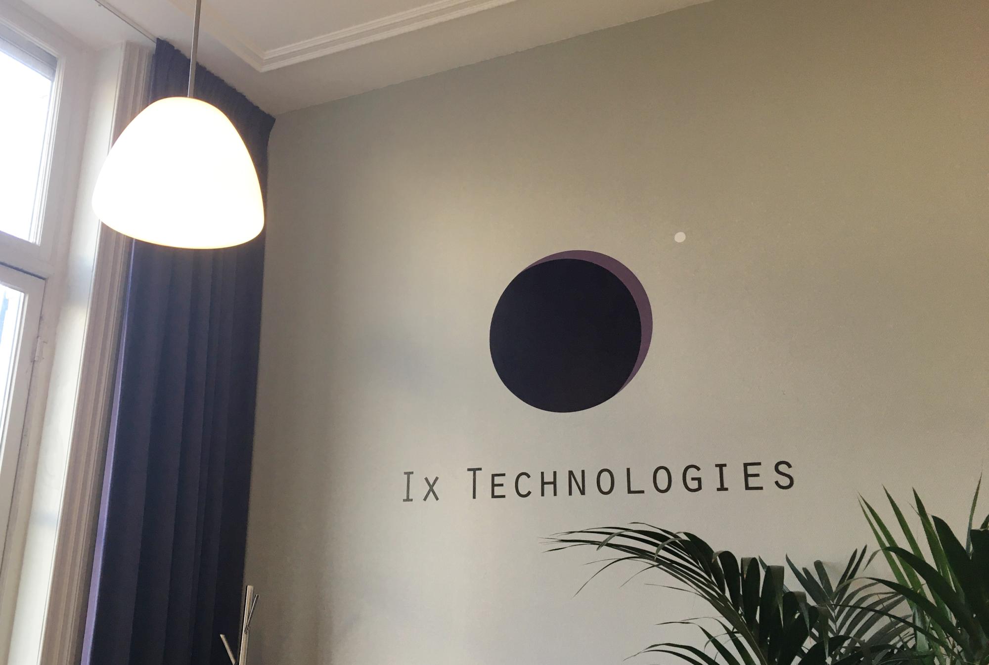 Speciaal voor dit logo moest de hele muur lichtgrijs gemaakt.